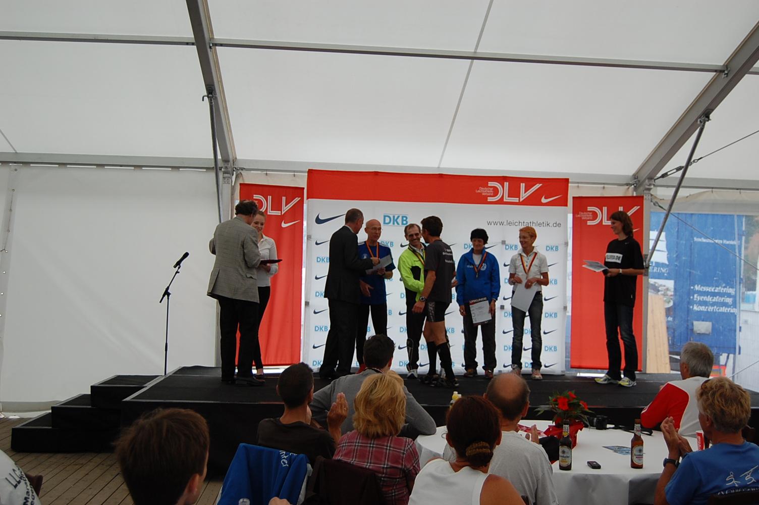 26. Haspa Marathon Hamburg: Große Siegerehrungen Deutsche Meisterschaften (im Pasta-Party-Zelt neben der Messe),  Altersklasse M60, für Hamburg: Joachim Krüttgen (Hamburger Sportclub, im blauen Trikot)